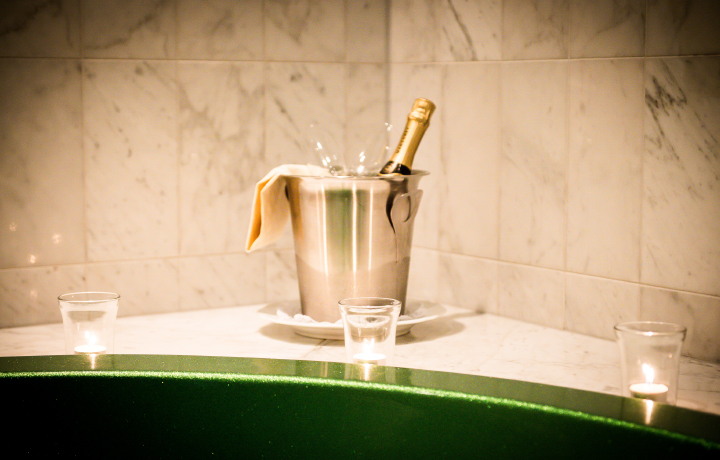 Champagnekoeler op de badrand van de suite