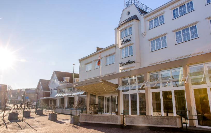 Voorkant van Hotel Voncken in de zon