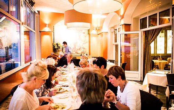 Groot diner in de zaal van Hotel Voncken